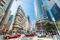 Πόλη Χονγκ Κονγκ με τους ουρανοξύστες και το αμάξι ταξί στοκ φωτογραφίες