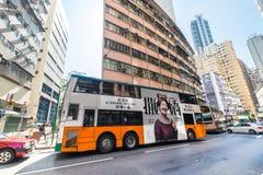 Πόλη Χονγκ Κονγκ με τους ουρανοξύστες και το λεωφορείο Στοκ Εικόνες
