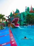 Πόλη Χο Τσι Μινχ, Βιετνάμ - 10 Φεβρουαρίου 2011: οι άνθρωποι απολαμβάνουν τις διακοπές σε ένα φράγμα Sen aquapark Στοκ εικόνα με δικαίωμα ελεύθερης χρήσης