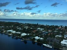 Πόλη, ωκεανός, και ενδοπλεύριος Στοκ Εικόνες