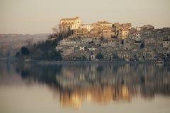 Πόλη Anguillara Sabazia κοντά στη Ρώμη Στοκ Φωτογραφίες