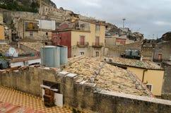 Πόλη Caltabellotta βουνών (Σικελία, Ιταλία) στο evenint Στοκ Εικόνα