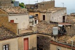 Πόλη Caltabellotta βουνών (Σικελία, Ιταλία) στο evenint Στοκ φωτογραφία με δικαίωμα ελεύθερης χρήσης