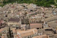 Πόλη Caltabellotta βουνών (Σικελία, Ιταλία) το πρωί Στοκ εικόνα με δικαίωμα ελεύθερης χρήσης