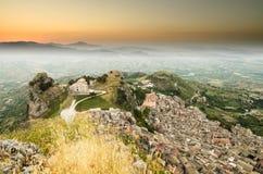 Πόλη Caltabellotta βουνών (Σικελία, Ιταλία) το πρωί Στοκ εικόνες με δικαίωμα ελεύθερης χρήσης