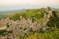 Πόλη Caltabellotta βουνών (Σικελία, Ιταλία) το πρωί Στοκ Εικόνες