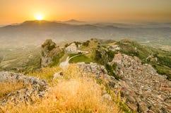 Πόλη Caltabellotta βουνών (Σικελία, Ιταλία) το πρωί Στοκ Φωτογραφίες