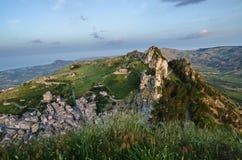Πόλη Caltabellotta βουνών (Σικελία, Ιταλία) το πρωί Στοκ φωτογραφία με δικαίωμα ελεύθερης χρήσης