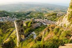 Πόλη Caltabellotta βουνών (Σικελία, Ιταλία) το πρωί Στοκ φωτογραφίες με δικαίωμα ελεύθερης χρήσης