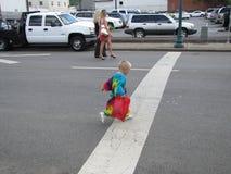 Πόλη Johnson - μπλε φεστιβάλ δαμάσκηνων - παιδί που διασχίζει την οδό Στοκ Φωτογραφία