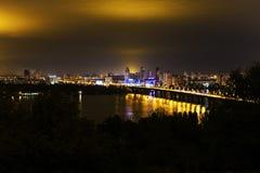Πόλη Kyiv και ποταμός Dnipro δεμένη όψη σκαφών λιμένων νύχτας Στοκ φωτογραφία με δικαίωμα ελεύθερης χρήσης