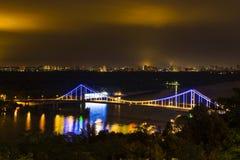 Πόλη Kyiv και ποταμός Dnipro δεμένη όψη σκαφών λιμένων νύχτας Στοκ εικόνες με δικαίωμα ελεύθερης χρήσης