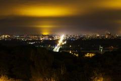 Πόλη Kyiv και ποταμός Dnipro δεμένη όψη σκαφών λιμένων νύχτας Στοκ Εικόνες