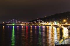 Πόλη Kyiv και ποταμός Dnipro δεμένη όψη σκαφών λιμένων νύχτας Στοκ Εικόνα