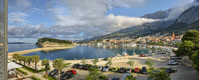 Πόλη Makarska, Κροατία, κωμόπολη πανοράματος λιμένων στοκ εικόνες