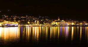 Πόλη Makarska στη νύχτα, δημοφιλές κροατικό θέρετρο Στοκ φωτογραφία με δικαίωμα ελεύθερης χρήσης