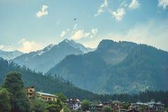 Πόλη Manali στο υπόβαθρο Himalayan mountans και μπλε ουρανός με τα σύννεφα Στοκ Εικόνα