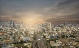 Πόλη scape και κοινωνική τεχνολογία σύνδεσης δικτύων Στοκ εικόνες με δικαίωμα ελεύθερης χρήσης