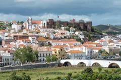 Πόλη Silves με το διάσημους κάστρο και τον καθεδρικό ναό, περιοχή του Αλγκάρβε, της Πορτογαλίας Στοκ Εικόνες
