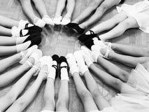 Πόδια λίγων χορευτών σε έναν κύκλο Στοκ Εικόνες