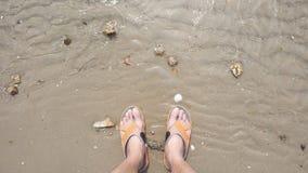 Πόδια ατόμων ` s στην παραλία άμμου Στοκ φωτογραφίες με δικαίωμα ελεύθερης χρήσης