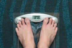 πόδια βάρους κλίμακας Στοκ φωτογραφία με δικαίωμα ελεύθερης χρήσης