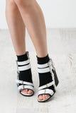 Πόδια γυναίκας στα μοντέρνα γραπτά παπούτσια Στοκ φωτογραφία με δικαίωμα ελεύθερης χρήσης