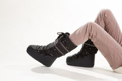 Πόδια γυναίκας στα μπεζ εσώρουχα και τις μπότες φεγγαριών Στοκ Εικόνες