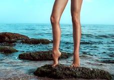 Πόδια γυναίκας στην παραλία Στοκ Εικόνες