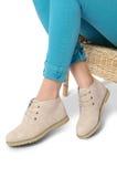 Πόδια γυναικών με τα μπεζ παπούτσια Στοκ φωτογραφίες με δικαίωμα ελεύθερης χρήσης