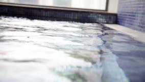πόδια γυναικών που βγαίνουν από το νερό και την άσκηση απόθεμα βίντεο