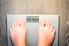 Πόδια γυναικών που περπατούν σε μια κλίμακα βάρους που έχει τα προβλήματα με τη διατροφή της Στοκ εικόνα με δικαίωμα ελεύθερης χρήσης
