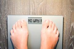 Πόδια γυναικών που περπατούν σε μια κλίμακα βάρους που έχει τα προβλήματα με τη διατροφή της Στοκ Φωτογραφία