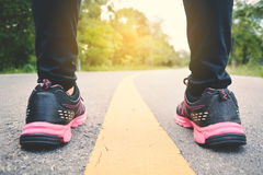 Πόδια γυναικών που τρέχουν στο δρόμο για την υγεία Στοκ Φωτογραφία