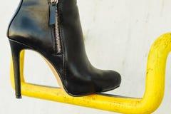 Πόδια γυναικών στα μοντέρνα παπούτσια τακουνιών υπαίθρια Στοκ Εικόνες