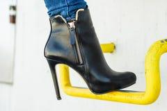 Πόδια γυναικών στα μοντέρνα παπούτσια τακουνιών υπαίθρια Στοκ φωτογραφίες με δικαίωμα ελεύθερης χρήσης