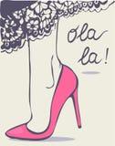 Πόδια γυναικών στα παπούτσια και φούστα με τη δαντέλλα Στοκ Φωτογραφία
