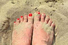 Πόδια γυναικών στην άμμο Στοκ εικόνα με δικαίωμα ελεύθερης χρήσης