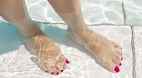 Πόδια γυναικών στο νερό λιμνών Στοκ φωτογραφία με δικαίωμα ελεύθερης χρήσης