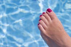 Πόδια γυναικών στο νερό λιμνών Στοκ εικόνα με δικαίωμα ελεύθερης χρήσης