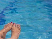 Πόδια γυναικών στο νερό λιμνών Στοκ Εικόνα