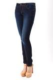 Πόδια γυναικών στο τζιν παντελόνι Στοκ φωτογραφία με δικαίωμα ελεύθερης χρήσης