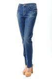 Πόδια γυναικών στο τζιν παντελόνι Στοκ Εικόνες