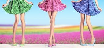 Πόδια γυναικών στο φόρεμα μόδας και τα υψηλά τακούνια, εξάρτηση Στοκ Φωτογραφίες