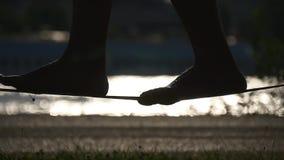 Πόδια γυναικών στο slackline φιλμ μικρού μήκους