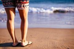 Πόδια γυναικών ` s στην παραλία Στοκ Φωτογραφία