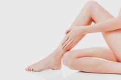 Πόδια γυναικών ` s στο άσπρο υπόβαθρο