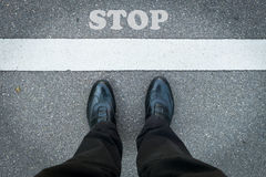 Πόδια ενός ατόμου με το σημάδι στάσεων Στοκ εικόνες με δικαίωμα ελεύθερης χρήσης