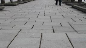 Πόδια ενός ατόμου που περπατά μακριά στην οδό απόθεμα βίντεο