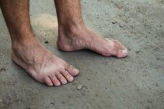 Πόδια ενός ατόμου στο έδαφος Στοκ Εικόνα